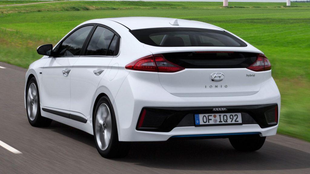 Белый Hyundai Ioniq Electric (вид сзади)