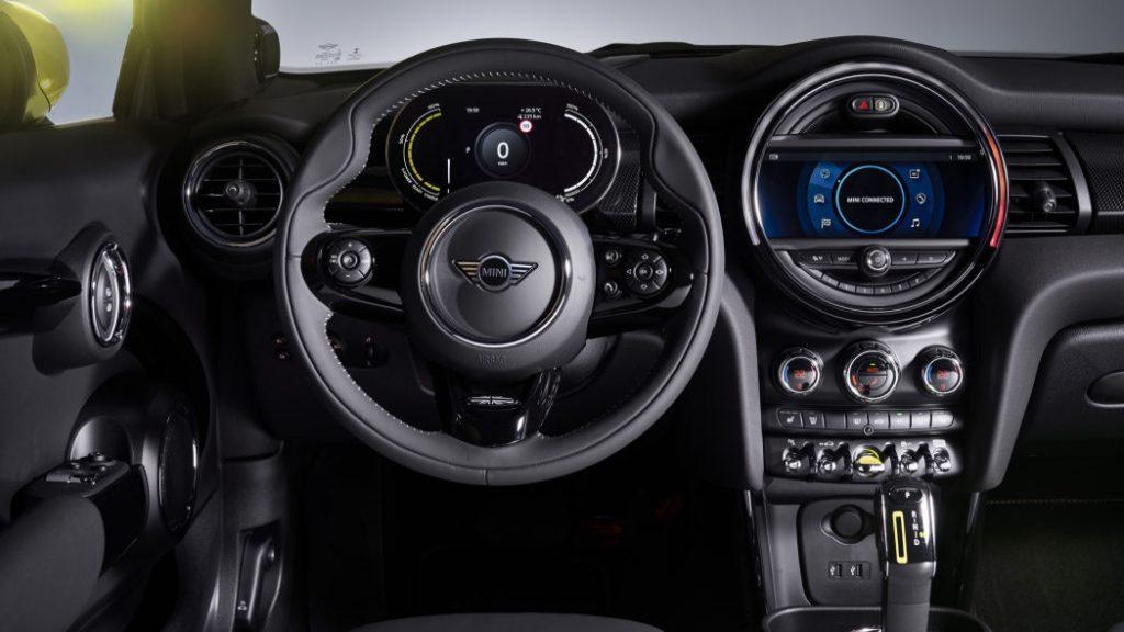 Mini Cooper SE с электроприводом внутри: панель и руль